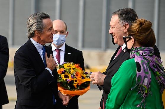 Außenminister Mike Pompeo und seine Ehefrau Susan wurden am Donnerstag nach ihrer Ankunft am Flughafen Wien von Außenamts-Generalsekretär Peter Launsky-Tieffenthal (l.) empfangen.