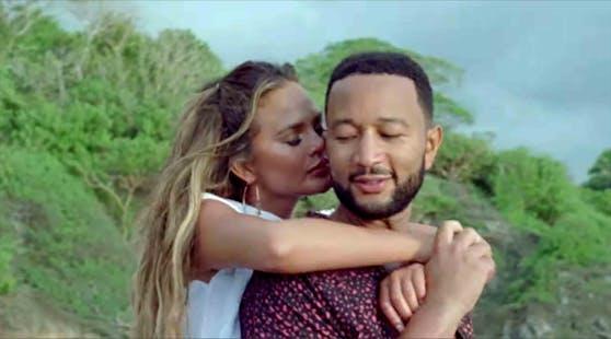 """In """"Wild"""" plaudern John Legend und Chrissy Teigen ihr süßes Geheimnis aus."""