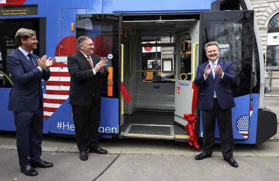 """Michael Ludwig und Mike Pompeo bei der Einweihung der """"U.S.-Austria Friendship Tram"""" am Freitag, 14. August 2020, in Wien."""