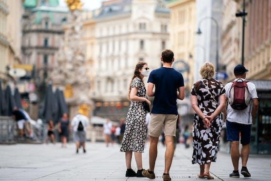 Passanten mit Schutzmaske in Wien. Symbolfoto