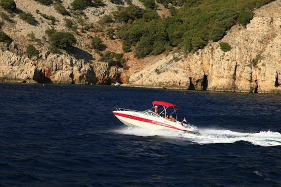 Motorboot vor der Küste der Insel Krk