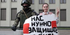 Polizisten posieren für Fotos mit Demonstranten