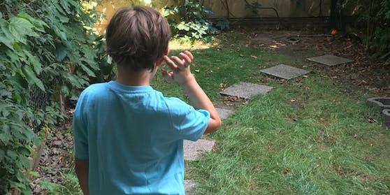 Leo (9) in seinem kleinen Garten.