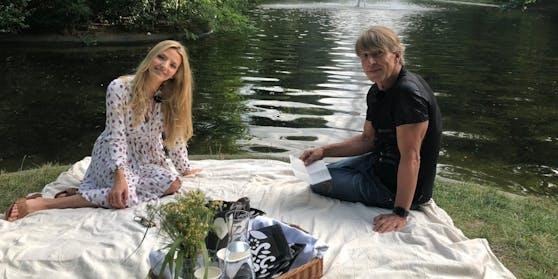 Chiara Pisati und Dominic Heinzl beim Picknick-Talk im Wiener Türkenschanzpark