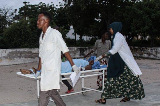 Medizinisches Personal transportiert am 16. August 2020 eine verwundete Frau auf einer Liege nach einem Schusswaffen- und Bombenangriff von Al-Shabaab-Kämpfern auf ein Strandhotel in Somalias Hauptstadt