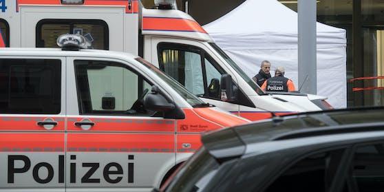 Wie die Polizei mitteilt, meldete ein 18-Jähriger, dass zwei Kollegen leblos in der Wohnung seien (Symbolfoto)