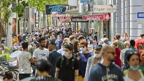 Menschen auf der Mariahilferstraße.