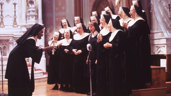 """Als singende Nonne Mary Clarence brachte Whoopi Goldberg (li.) in """"Sister Act"""" frischen Wind in den eingeschlafenen Kirchenchor."""