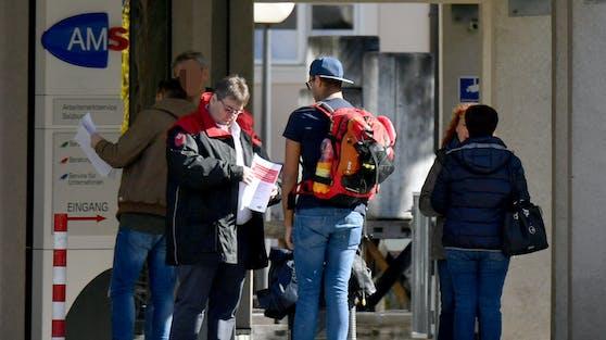 Die Arbeitslosenzahlen gehen leicht zurück.