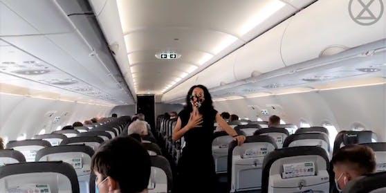Klimaaktivistin Tanja auf dem Flug EW 9051 von Berlin nach Düsseldorf