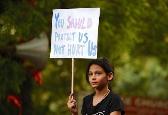 Eine indische Demonstrantin hält ein Plakat während eines Schweigeprotests zur Unterstützung von Vergewaltigungsopfern hoch.