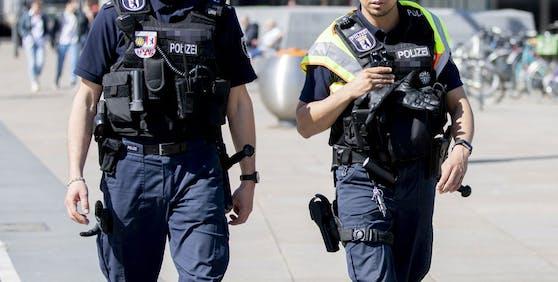 In Rudolfstadt in Deutschland wurde ein Polizist von einem Jugendlichen mit einer Musikbox angegriffen.