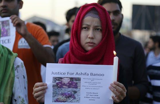 Schüler nehmen an einer Kerzenlichtprozession aus Protest gegen die Vergewaltigung und Ermordung der 8-Jährigen teil.