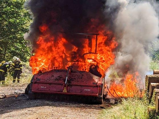 Der Forstarbeiter schaffte es gerade noch den Traktor auf die Forststraße zu fahren. Dann ging das Fahrzeug in Flammen auf.