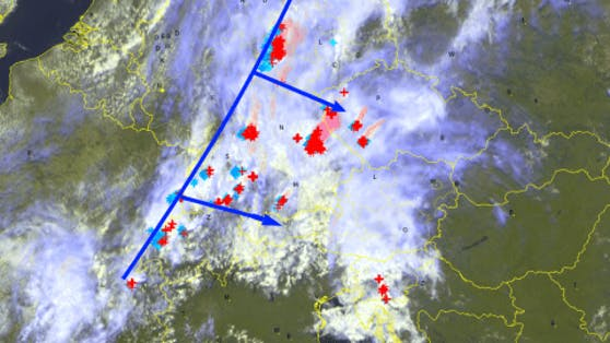 Ein aktuelles Satellitenbild zeigt die Kaltfront von Tief Ellen und Blitzentladungen