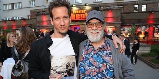"""Andreas Danzer (links, neben Ex-Danzer-Manager Franz Christian """"Blacky"""" Schwarz) ist stolz auf das Werk seines Vaters."""