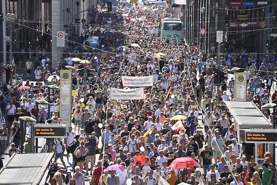 Zehtnausende Menschen gehen (hier: Berlin) auf die Straßen, um gegen die Corona-Maßnahmen zu demonstrieren.