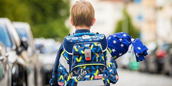 Das Geld soll im September ausbezahlt werden, damit die Kosten für den Schulstart bewältigt werden können.