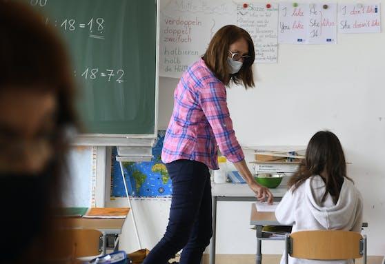 Symbolfoto einer Lehrerin beim Unterrichten.