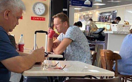 """Nawalny trank vor seinem Abflug Tee in einem """"Wiener Kaffeehaus""""."""