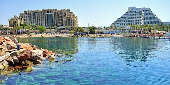 Die großen Hotelkomplexe am Strand von Eilat.