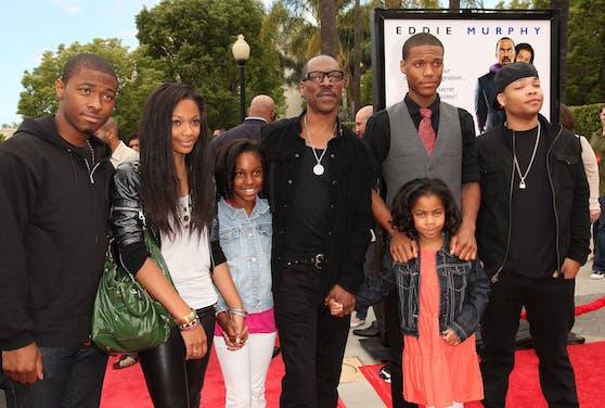 Eddie Murphy (Mitte) hat insgesamt zehn Kinder von fünf verschiedenen Frauen. So viele, dass es schwer ist, sie alle gemeinsam auf ein Foto zu bringen.