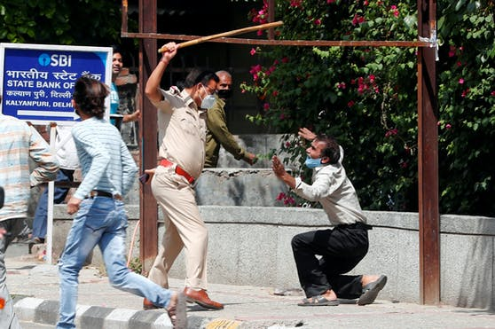 Weil er den Babyelefanten nicht eingehalten haben soll, wird ein Mann von einem indischen Polizisten verprügelt. (4. Mai 2020)