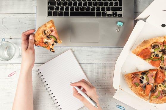 Die Mahlzeit vor dem Computer einzunehmen ist eine Gewohnheit, die viele Menschen miteinander teilen.