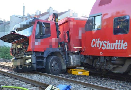 Ein Lkw ist von einem Zug gerammt worden.
