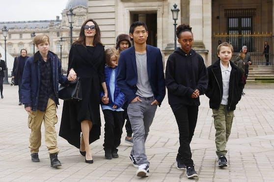 Angelina Jolie will mit ihren Kindern ins Ausland ziehen. Ihr ältester Sohn Maddox (4. vl.li.) darf selbst entscheiden, wo er leben möchte.