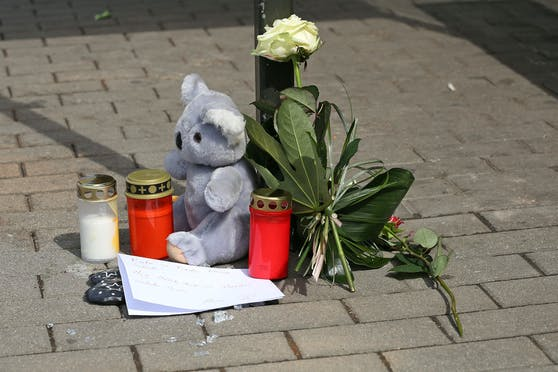 Plüschteddy, Blumen und Kerzen am Unfallort erinnern an den Sechjährigen.