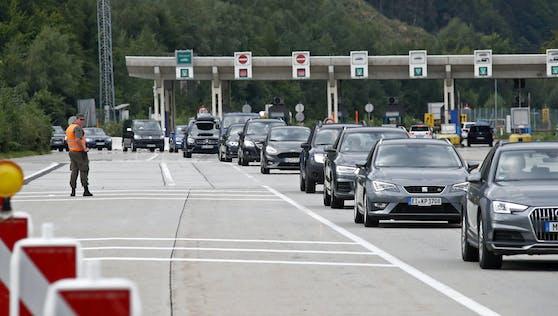 Die seit Samstag geltende Verordnung zu den Grenzkontrollen bei der Einreise nach Österreich hat in der Nacht auf Sonntag für lange Staus gesorgt.
