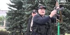 Lukaschenko steigt mit Kalaschnikow in Heli