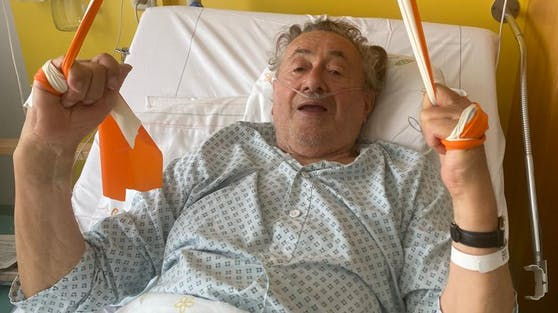 """Baulöwe Richard Lugner trainiert seine Muskulatur mit Gummibändern. """"Ich bin gut drauf"""", meldet er aus dem Krankenhaus."""