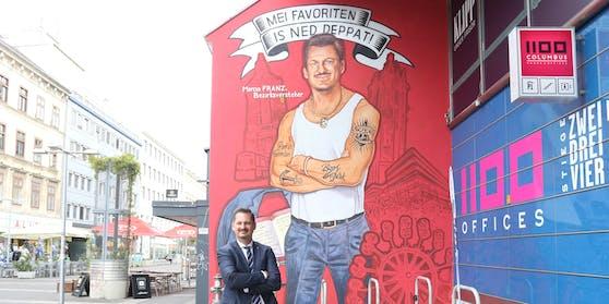 """Marcus Franz (SPÖ) vor seinem """"Mundl""""-Graffiti."""