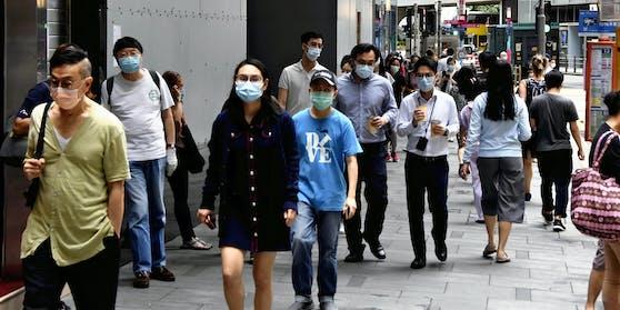 Ein Mann soll sich in Hongkong zweimal mit Covid-19 angesteckt haben.