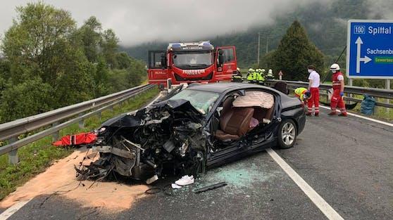 Auf der B100 Drautalbundesstraße sind zwei PKW frontal zusammengestoßen.