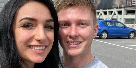 Hannah und Scott vereint am Wiener Flughafen.