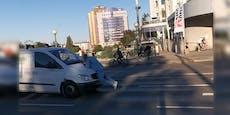 Mann von Van angefahren, hält sich auf Motorhaube fest