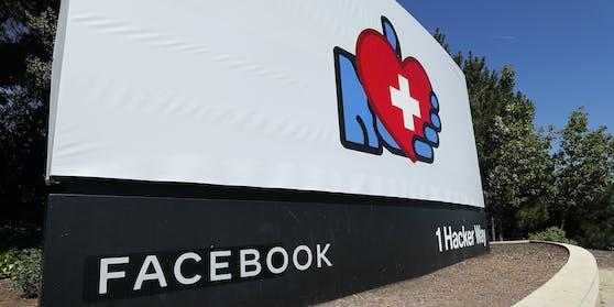 Ein Schild vor den Facebook Headquarters inMenlo Park, Kalifornien.