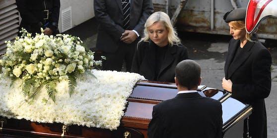 Dominika (l.) und Ivana beim Begräbnis von Karel Gott