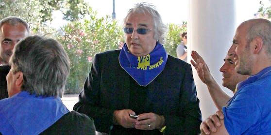Flavio Briatore mit seinen Mitarbeitern, zu denen er jetzt Abstand halten sollte