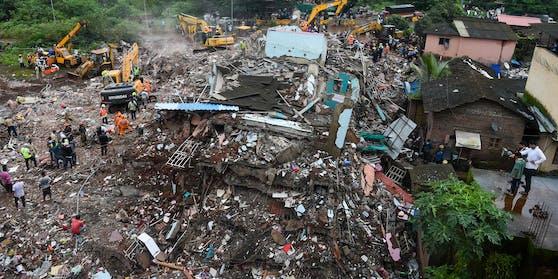Das fünfstöckige Wohnhaus in der indischen Stadt Mahad südlich von Mumbai war am Montag nur noch ein Trümmerhaufen.