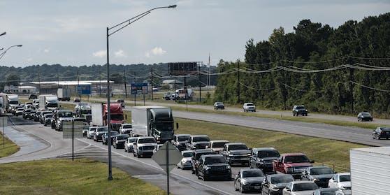 Hunderttausende versuchen, sich in ihren Autos ins Landesinnere zu retten.