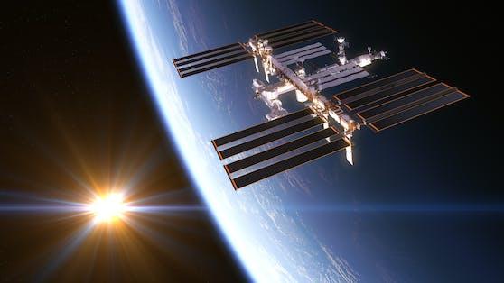 Chinesische Forschende sollen prüfen, ob der Bau einer kilometerlangen Raumstation sinnvoll ist. (Im Bild die ISS)