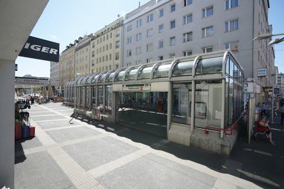 Die Wienerin rettete sich bei strömenden Regen in die U-Bahn-Station.