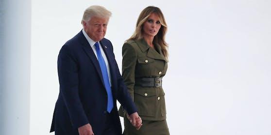 Hier halten sie noch Händchen: Geht es nach der First Lady, sind die Trumps bald getrennt. Das berichten Medien.