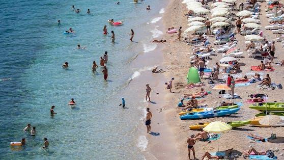 Urlauber genießen das Meer in Kroatien.