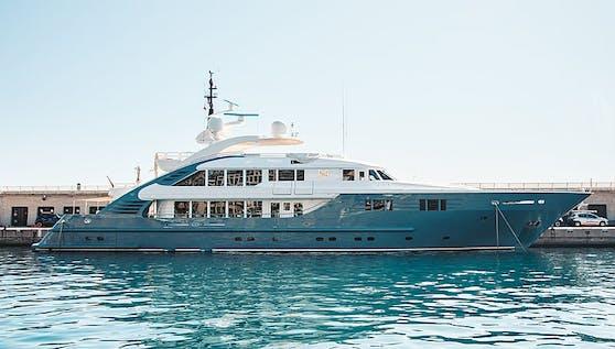 """Luxusyacht """"Lady MM"""" in Cap d'Ali"""
