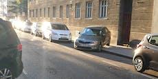 Fahranfänger? Skoda-Lenker parkt mit Heck auf Gehsteig